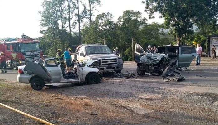 Acidente envolveu três veículos nesta segunda-feira (7) - foto de Belmiro Avancini/Menina FM