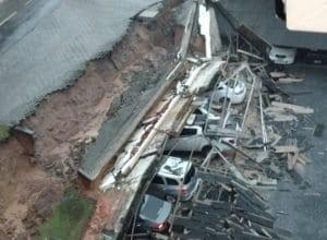 Muro caiu sobre carros nas proximidades do Colégio Sagrada Família