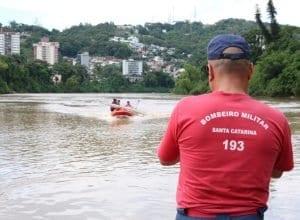 Bombeiros atuam em resgate de atleta no Rio Itajai-Açu - foto de Jefferson Santos/Notícias Vale do Itajaí