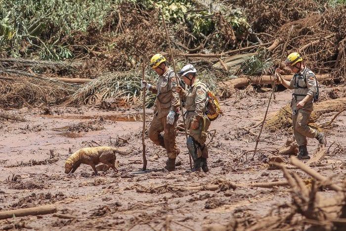 Bombeiros em meio a lama no desastre de Brumadinho - foto de Ricardo Stuckert