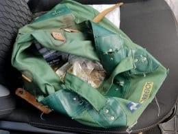 Malote encontrado dentro de veículo utilizado em fuga de assalto a agência dos Correios na Vila Itoupava - foto da PMSC