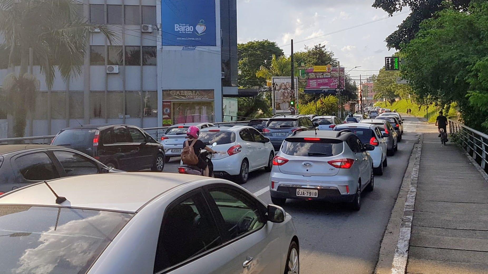 Trânsito em cidade – foto de Filipe Rosenbrock