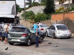 Dois veículos e um caminhão se envolveram no acidente - foto do leitor