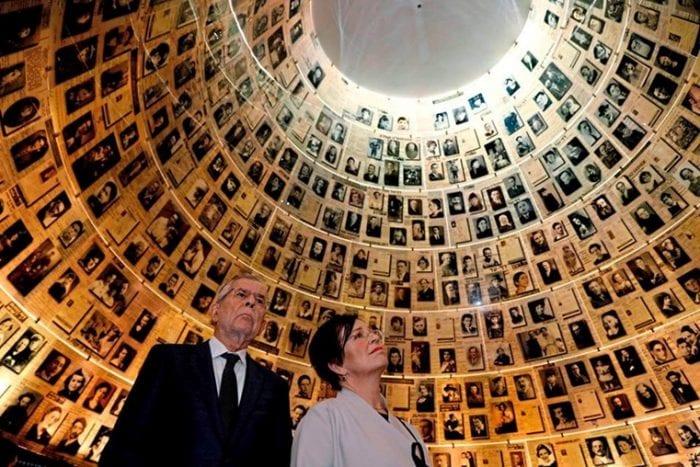 MEMORIAL - Presidente da Áustria, Alexander Van der Bellen junto a sua esposa Doris Schmidauer no Memorial do Holocausto Yad Vashem. (Foto: AP)