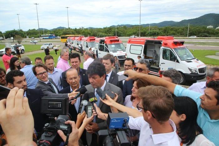 Mandetta e o governador moisés participam da cerimônia de assinatura da liberação de verbas e entrega de ambulâncias - James Tavares/Secom