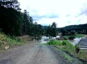 Canal de barragem se rompe em Taió, Santa Catarina - foto da Educadora FM