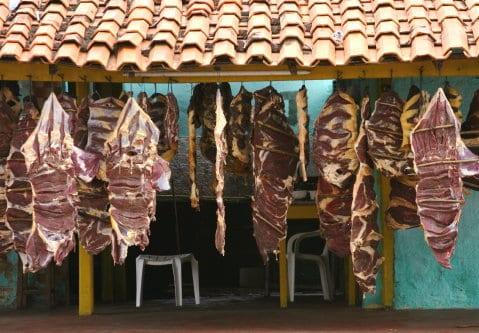 Carne de sol desidratando à sombra. Crédito - Capri Virtual Notícias.
