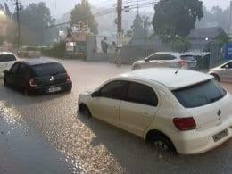 Carros ficaram parcialmente submersos na Rua Getúlio Vargas, no Centro - foto de Leonardo Alegri