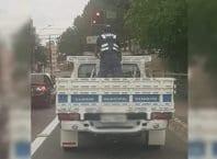 Guarda de Trânsito é flagrado na carroceria de caminhonete - foto das redes sociais