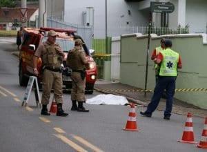 Homem morto a tiros na Rua Antônio Zendron - foto de Borges In The Mix/ Blu Press
