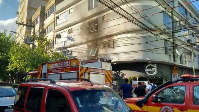 Bombeiros durante trabalho na Rua Curt Hering - foto de Cristiano Silva/Menina FM