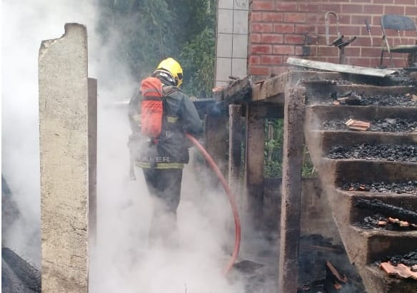 Incêndio destrói residência de madeira no bairro Velha