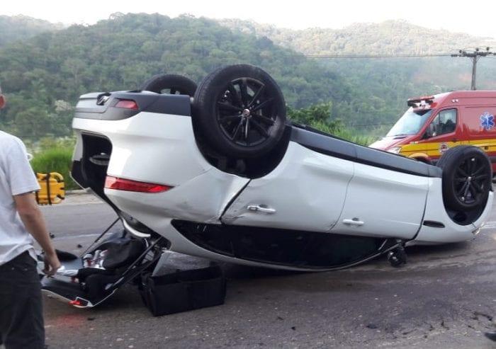 Veículo Jaguar de acusado capotou na colisão