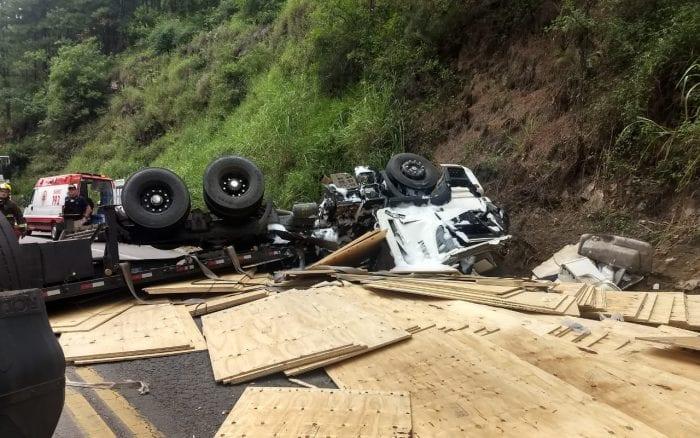 Caminhão carregado de compensados tombou na BR-470 em Ibirama - foto da PRF