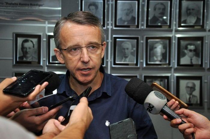 Prefeito Mário Hildebrandt durante anúncio de reforma administrativa - foto de Eraldo Schnaider