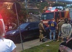 Viaturas trancaram o veículo para evitar uma tentativa de fuga - imagem do Farol Blumenau