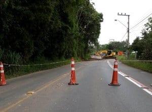 Serviços de drenagem na Rua 1º de Janeiro, na Itoupava Central