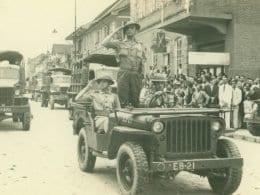 REBRILHA A GLÓRIA, FULGE A VITÓRIA – Ontem 32º Batalhão de Caçadores, hoje 23º Batalhão de Infantaria: Engrandecendo o nome do Exército Brasileiro. Desfile da Vitória na rua XV de Novembro, 1945 - foto do Arquivo Histórico de Blumenau (AHJFS).