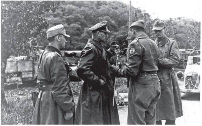 CONSUMADA A RENDIÇÃO - Na imagem os generais Otto Fretter-Pico (Alemanha nazista) e Mario Carloni (Itália fascista) entregando-se a FEB, após a Batalha de Fornovo di Taro - foto do Museu do Expedicionário- Curitiba-PR