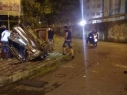 Veículo ficou destruído após cair da Ponte do Tamarindo - foto do leitor