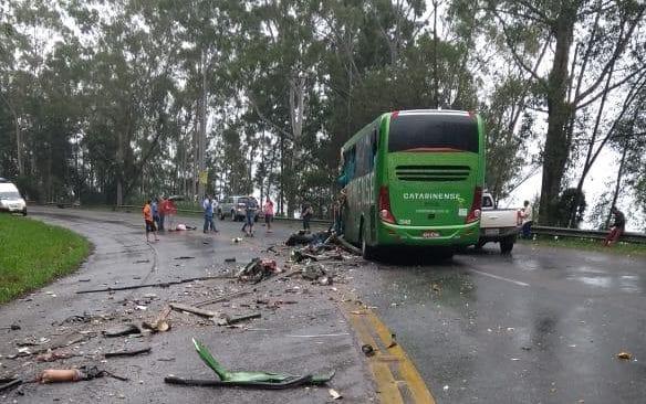 Ônibus teve a parte frontal destruída - foto de Sérgio Guimarães