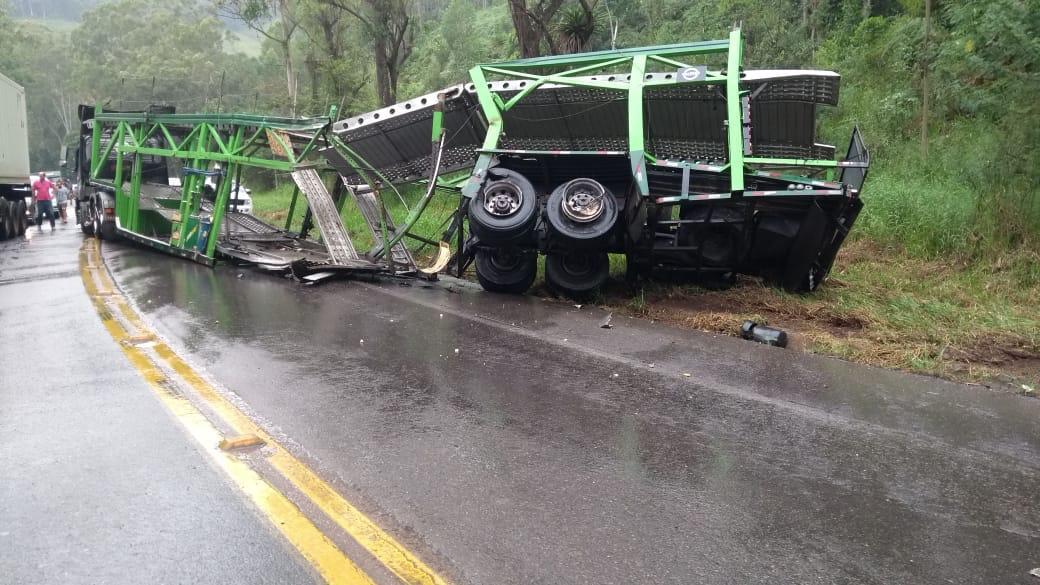 Caminhão cegonha que colidiu - foto de Sérgio Guimarães