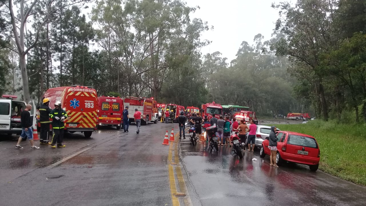 Viaturas no atendimento das vitimas de acidente na Serra de Ibirama - foto dos Bombeiros de Presidente Getúlio