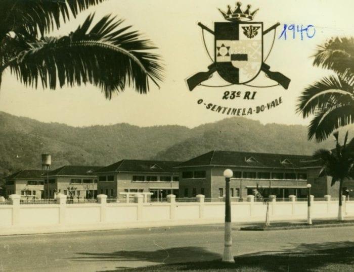 EXÉRCITO BRASILEIRO - Ao longo de seus 80 anos, o 23º Batalhão de Infantaria cumpre a missão para qual foi destinado: defesa da Pátria, manutenção dos Poderes Constitucionais e Garantia da Lei e da Ordem. E no Vale do Itajaí, sua presença exerce papel fundamental no apoio à Defesa Civil - foto do Arquivo Histórico de Blumenau (AHJFS).