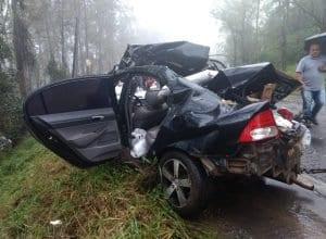 Veículo quando já estava sendo retirado do ponto de colisão - foto da Polícia Rodoviária Federal