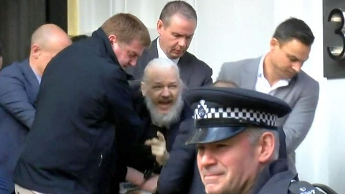 Julian Paul Assange sendo preso
