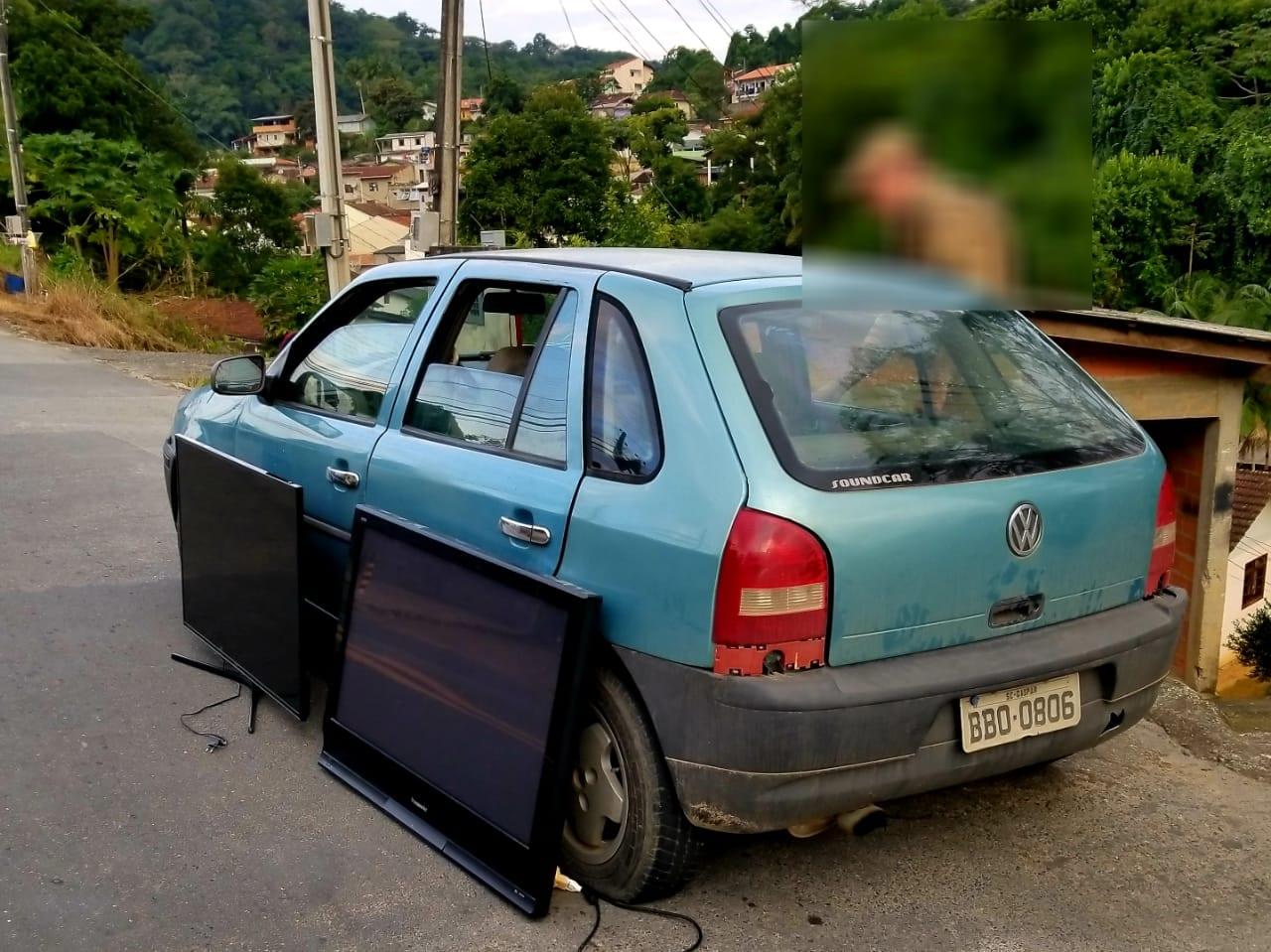 Veículo abordado com duas televisões roubadas no Fidélis - foto da PMSC