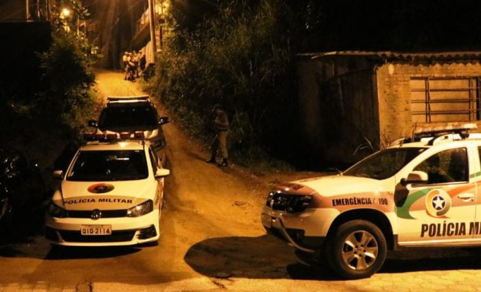 Polícia durante atendimento dos homicídios no bairro Garcia - foto de Jefferson Santos/Notícias Vale do Itajaí