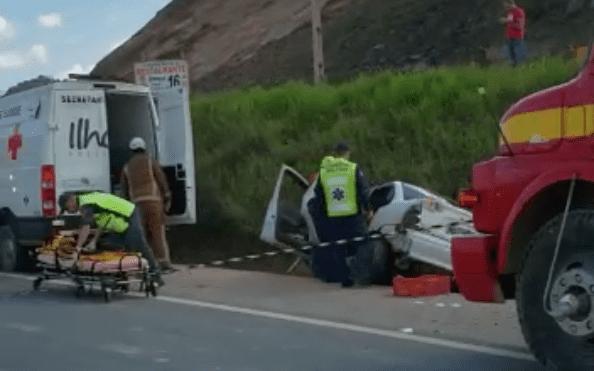 Bombeiros trabalham no socorro a vítima de acidente - imagens das redes sociais
