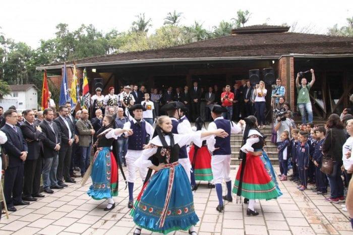 Cerimônia em homenagem ao fundador no Mausoléu Dr. Blumenau - foto de Marcelo Martins