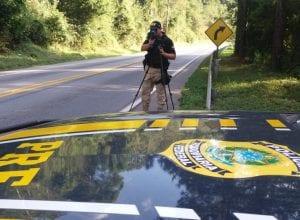 Policial rodoviário durante fiscalização com radar móvel - foto da PRF