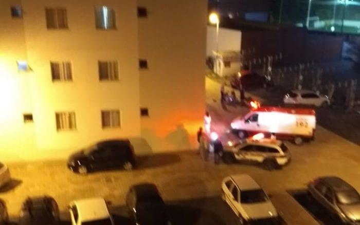 Viaturas durante atendimento da ocorrência de duplo homicídio seguido de suicídio - foto das redes sociais