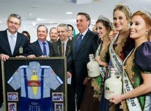 Delegação de Blumenau com o presidente Jair Bolsonaro - foto da assessoria de imprensa