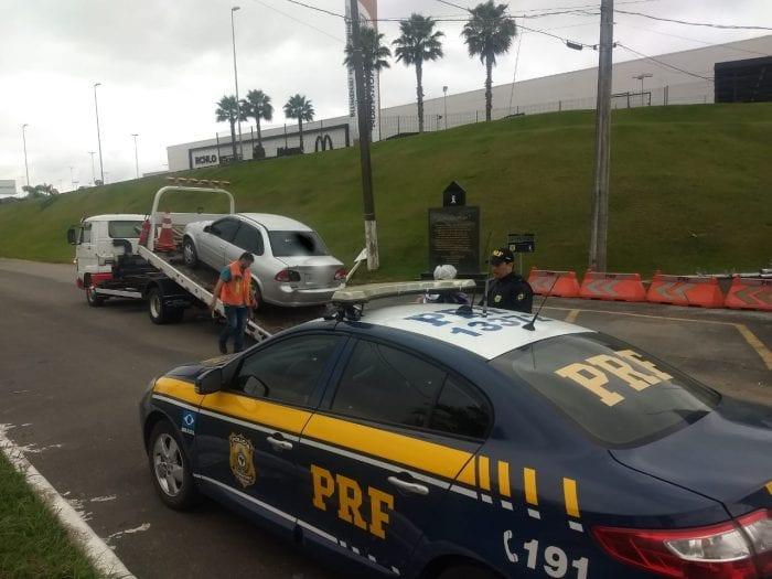 Veículo conduzido por embriagado foi retido - foto da PRF