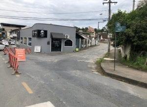 Trânsito na Rua 25 julho permanece em meia pista até a próxima semana