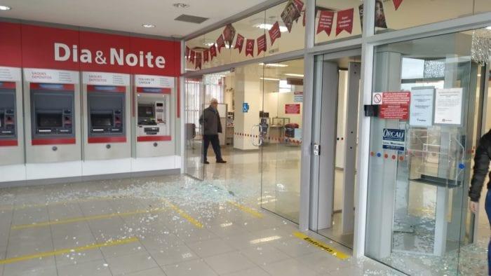 Tiros foram disparados no interior da agência - foto de Gabriel Souza