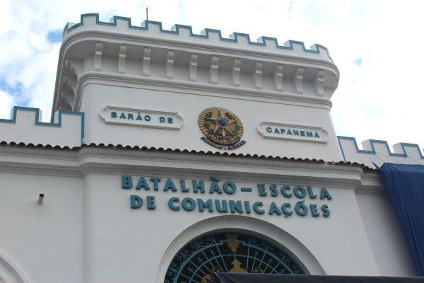 Fachada do atalhão Escola de Comunicações