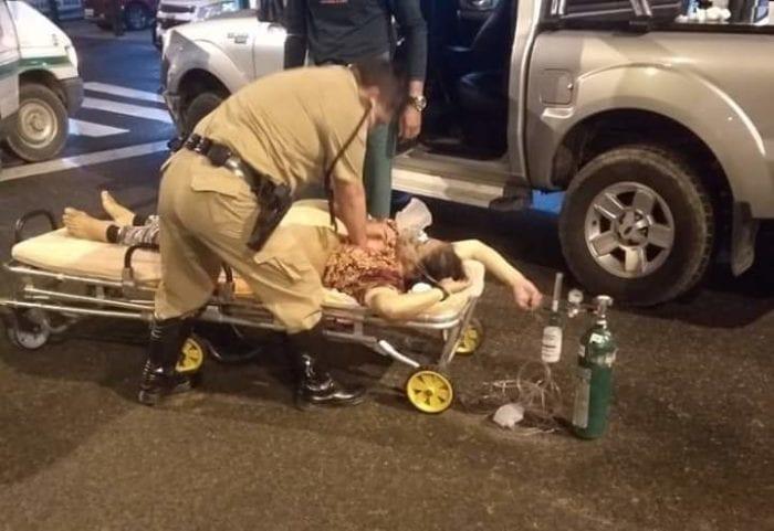 Policiais durante socorro a idosa na Itoupava Central - foto da PMR