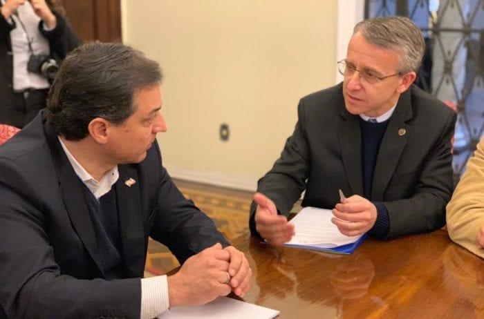 Prefeito Mário Hildebrandt durante conversa com o governador Carlos Moisés na última semana - foto da assessoria
