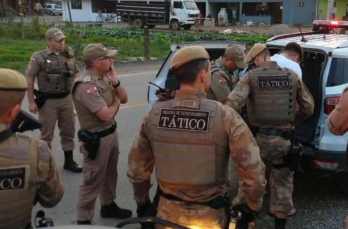 Policiais durante cumprimento de mandado de prisão - foto da PMSC