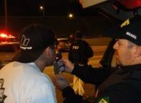 Policial rodoviário durante fiscalização da embriaguez ao volante - foto da PRFSC