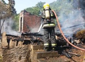 Bombeiros durante combate ao incêndio - Nathan Neumann/Jornal de Santa Catarina