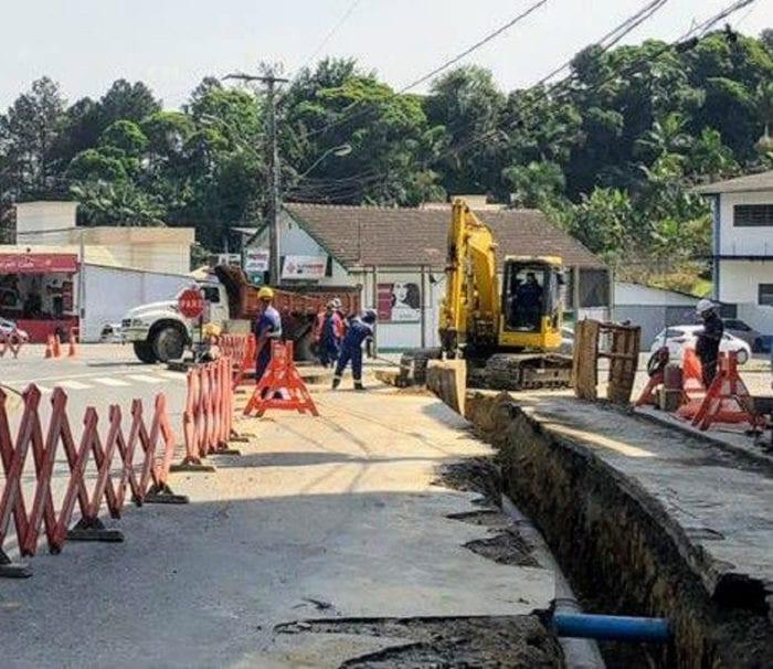 Desvio no tráfego de veículos é necessário para a continuidade das obras do reservatório