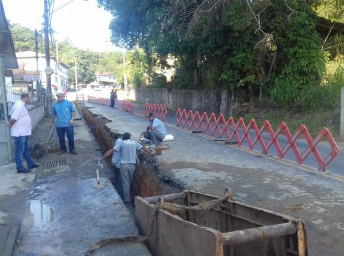 Tubulação está sendo colocada na Rua 25 julho para o novo Reservatório Fortaleza - foto do Samae
