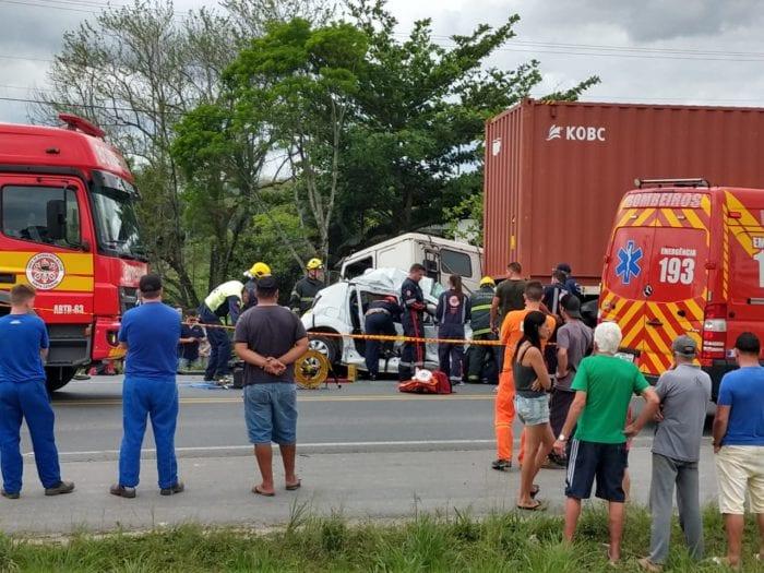 Equipes trabalham no socorro as vítimas de acidente em Gaspar - foto do CBMSC