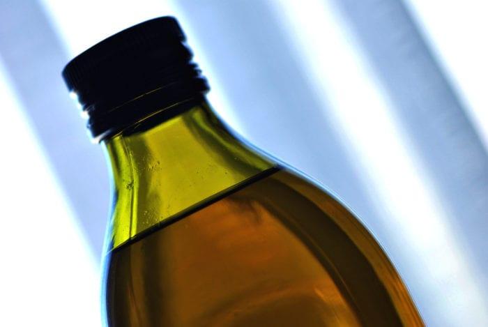 Garrafa com azeite de oliva - foto de Michael W. May/CC